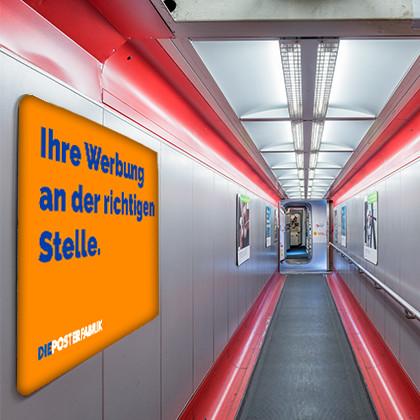 Plakate in Fluggastbrücken