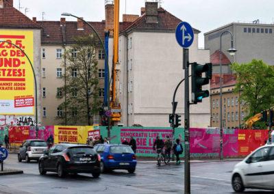 Megawall & Riesenposter in Berlin am Rosa-Luxemburg-Platz, Demokratie leben