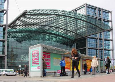 Branding Wartehalle in Berlin am Hauptbahnhof, Demokratie leben