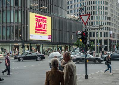 LED-Riesenposter in Berlin am Kurfürstendamm, Demokratie leben